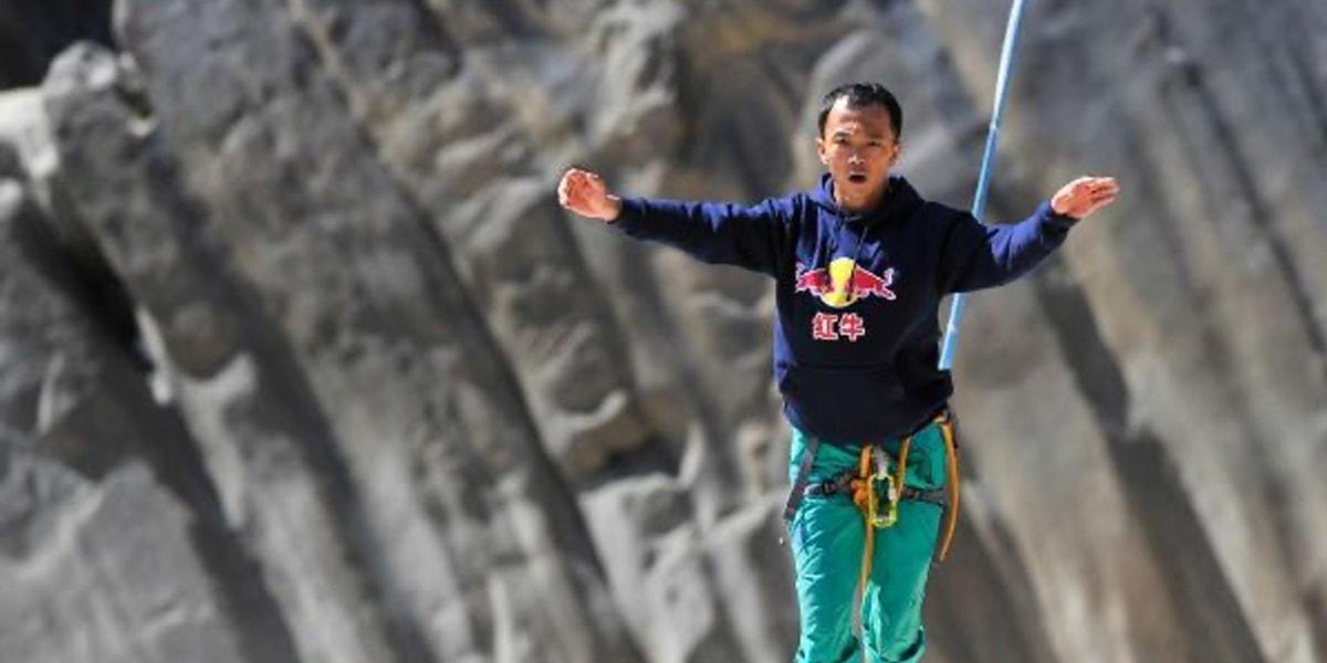 ชายชาวจีนทำลายสถิติข้ามหุบเขาที่มีแม่น้ำที่ลึกที่สุดในโลก