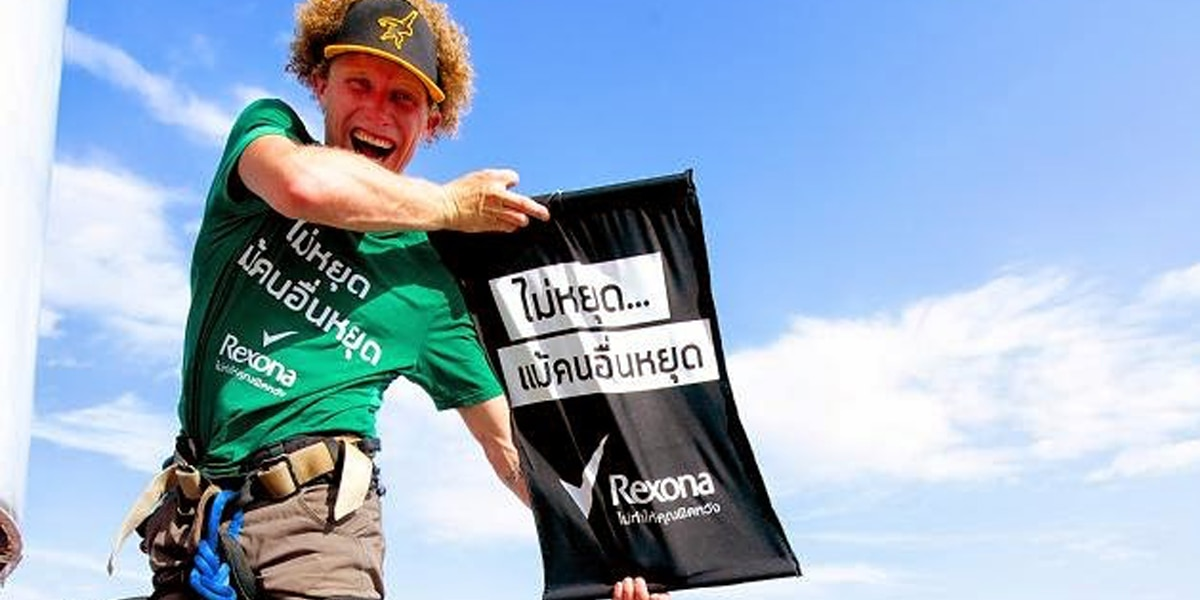 นักไต่เชือกชาวสหรัฐทำลายสถิติโลกในประเทศไทย