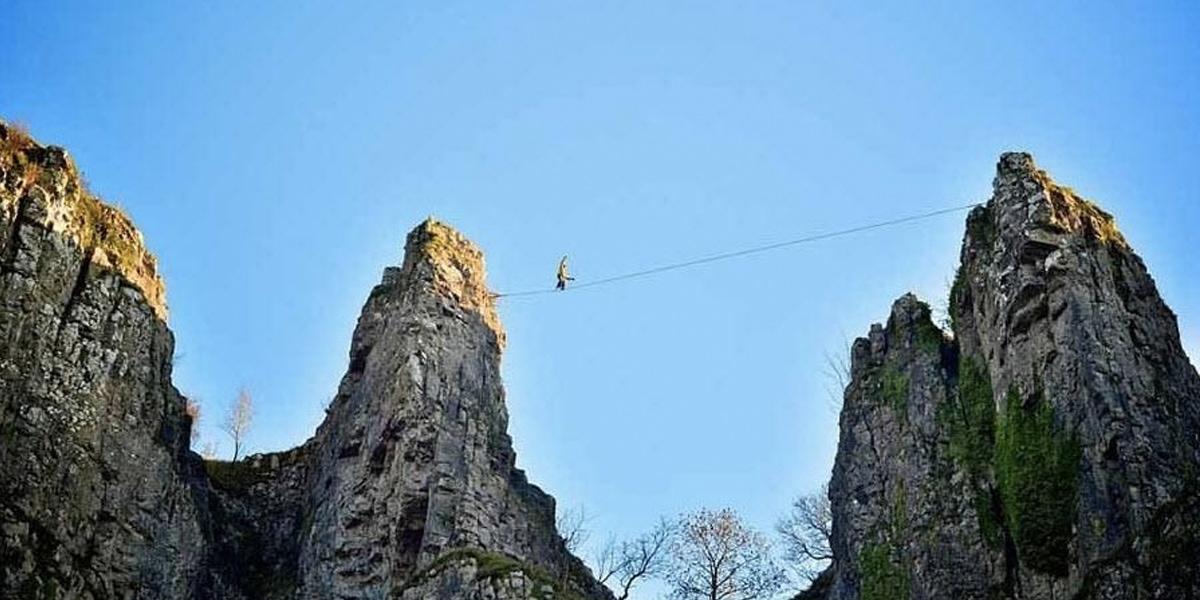 ชายชาวอังกฤษไต่เชือกคำหน้าผาบนความสูงกว่า 135 เมตร